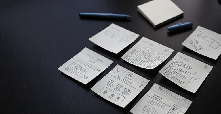 ensemble de notes sur un bureau