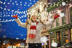 femme sous la neige en ville